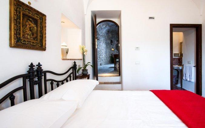 Tweepersoonsbed in kamer van hotel Badia Santa Maria de' Olearia fly & drive Amalfi