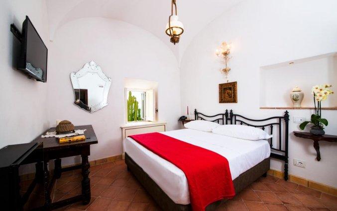 Tweepersoonskamer met televisie van hotel Badia Santa Maria de' Olearia fly & drive Amalfi