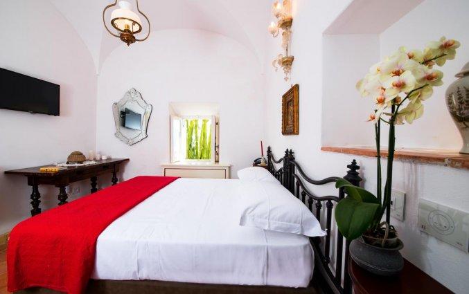 Tweepersoonskamer met bed hotel Badia Santa Maria de' Olearia fly & drive Amalfi