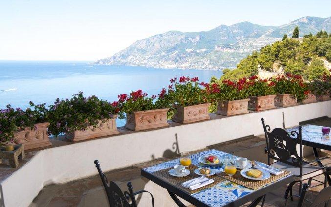 Terras met uitzicht van Hotel Badia Santa Maria de Olearia aan de Amalfikust