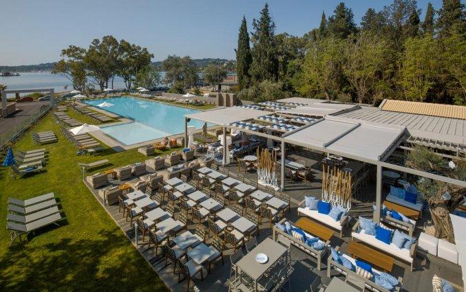 Terras met zwembad van Hotel Rodostamo op Corfu