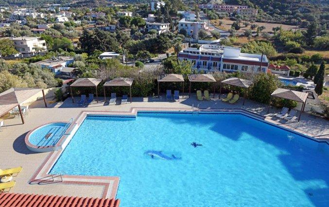 Zwembed en uitzicht van hotel telhinis op Rhodos