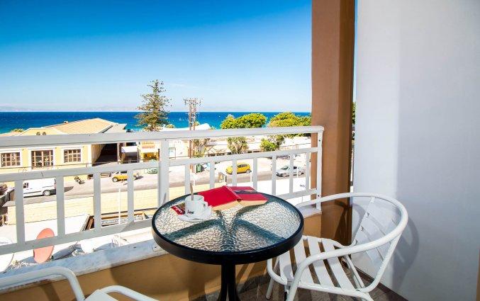 Balkon met uitzicht op zee hotel Fira Rhodos