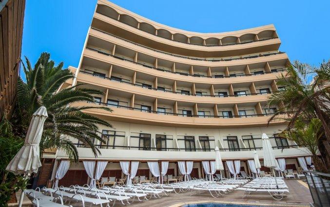 Buitenzwembad en zonneterras van Hotel Kipriotis Adults Only op Rhodos