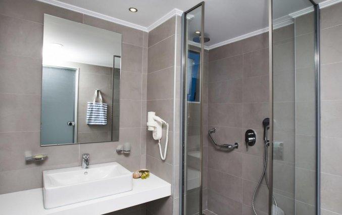 Badkamer van een tweepersoonskamer van Appartementen Lindos Portes op Rhodos