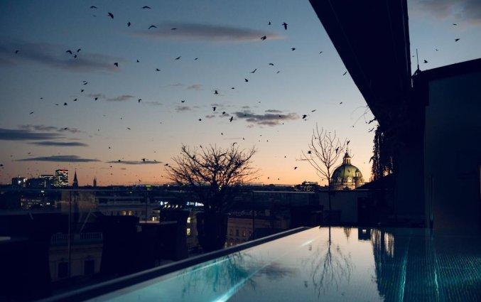 Buitenuitzicht vanaf het zwembad van hotel Grand Ferdinand in Wenen