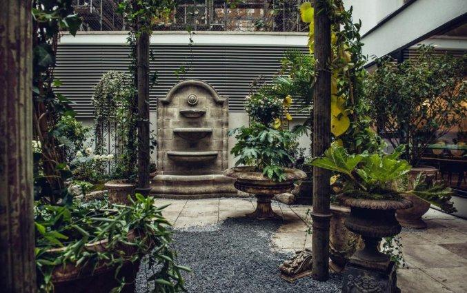 Romantische binnentuin van hotel Grand Ferdinand in Wenen