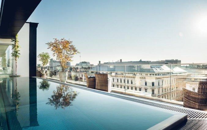 Zwembad met uitzicht van hotel Grand Ferdinand in Wenen