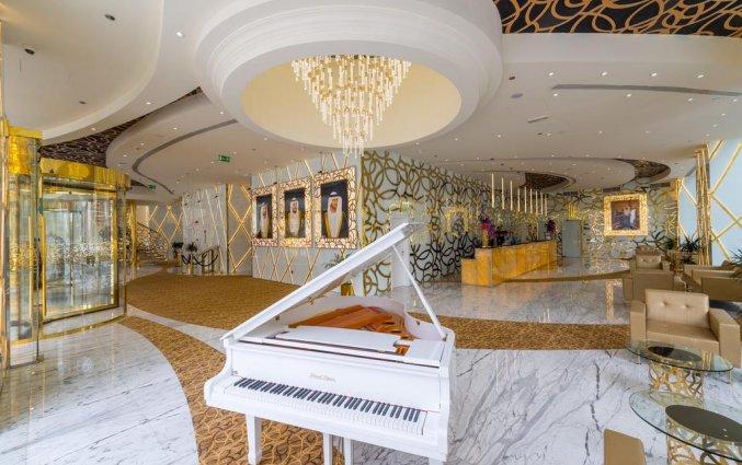 Lobby met piano van hotel Gevora in Dubai
