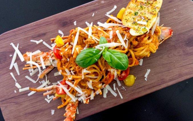 Voedsel uit het restaurant van hotel Gevora in Dubai