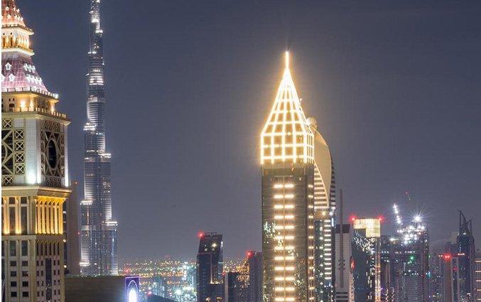 Verlichte buitenkant van hotel Gevora in Dubai