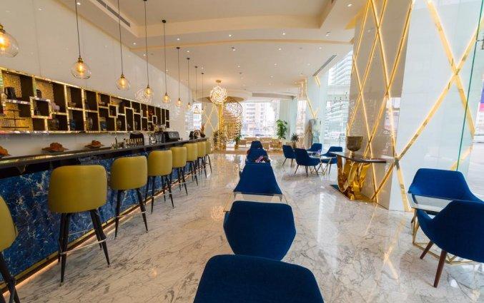 Bar met eetgedeelte van hotel Gevora in Dubai