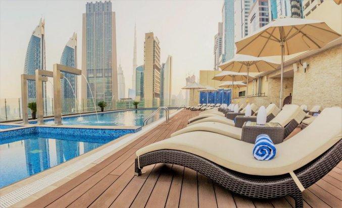 Zonneterras bij het zwembad van hotel Gevora in Dubai