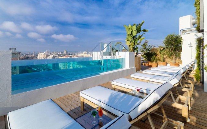 Dakterras met zwembad van Hotel H10 Puerta de Alcala in Madrid