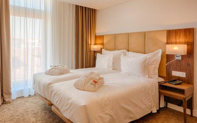 Tweepersoonskamer met twee bedden van hotel Premium Porto Downtown in Porto