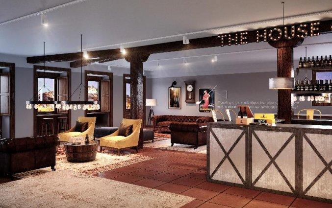 Bar met zitgedeelte van Buitenkant van Hostel & Suites The house of Sandeman stedentrip Porto