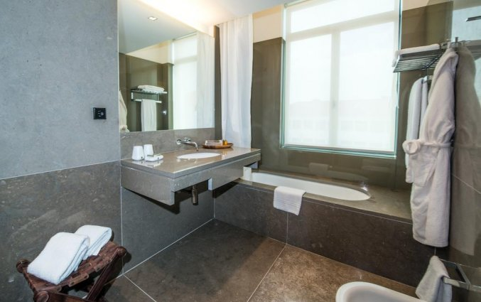 Badkamer van tweepersoonskamer van hotel en Bistro The Artist in Porto