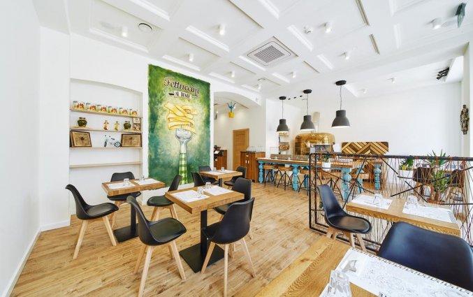 Restaurant met zwarte stoelen en lage tafels van hotel 32 Krakow Old Town in Krakau