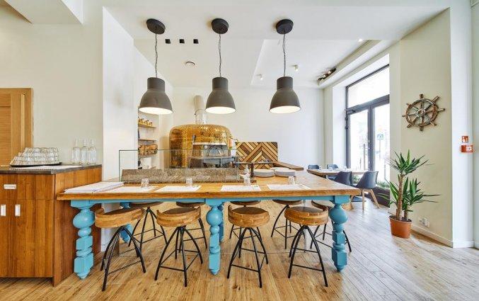 Restaurant met hippe tafel en barkrukken va hotel 32 Krakow Old Town in Krakau