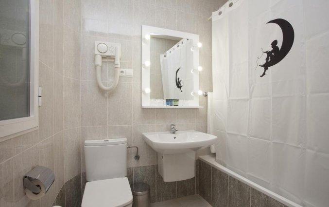 Badkamer van economy kamer van hotel Casual Valencia del Cine stedentrip Valencia