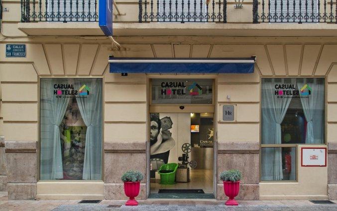 Buitenkant van hotel Casual Valencia del Cine stedentrip Valencia