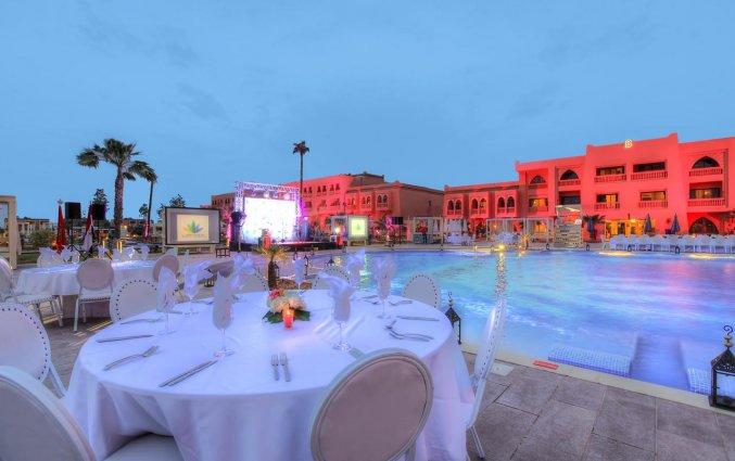 Terras bij het zwembad van Hotel Aqua Fun Club Marrakech in Marrakech