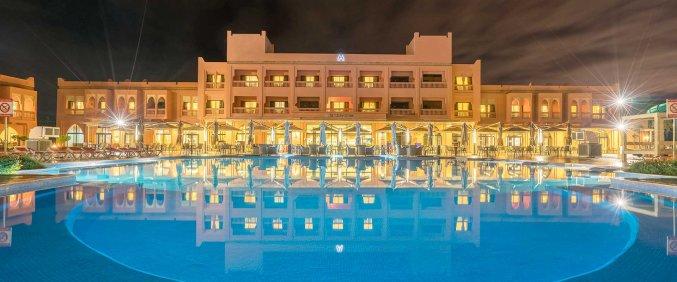 Zwembad en gebouw van Hotel Aqua Fun Club Marrakech in Marrakech