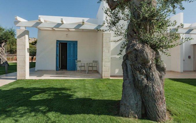 Terras van een tweepersoonskamer van Resort Spa Cala Ponte in Puglia