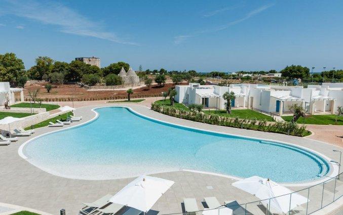 Buitenzwembad met zonneterras van Resort Spa Cala Ponte in Puglia