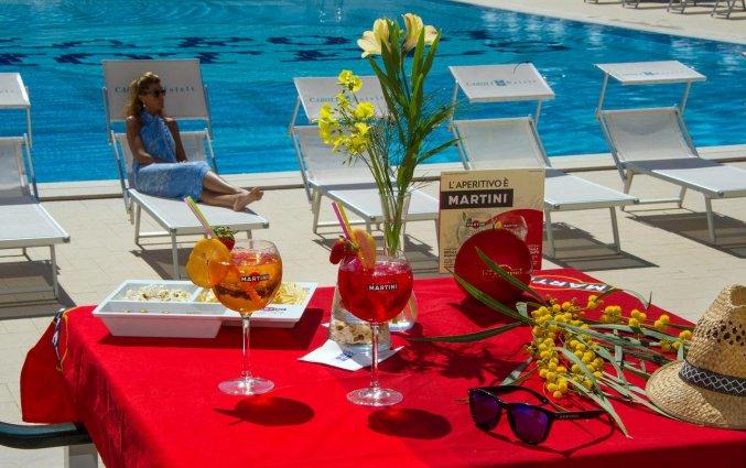 Cocktails en ligbedjes in hotel Ecoresort Le Sirene Puglia
