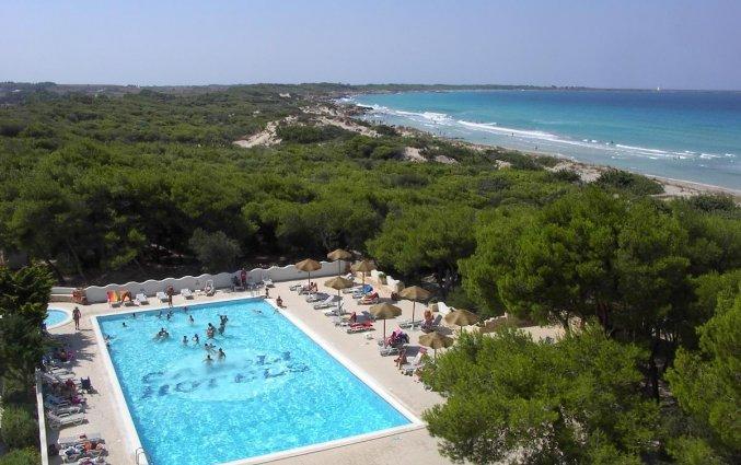 Zwembad met stukje van de zee van hotel Ecoresort Le Sirene Puglia