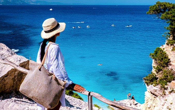 Sardinie - Vrouw uitzicht baai website