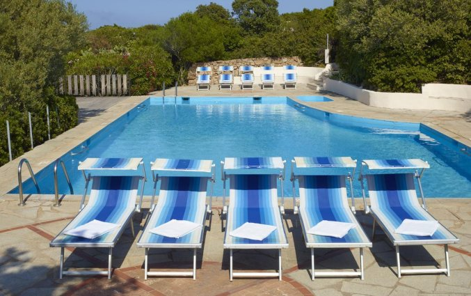 Buitenzwembad van Residence Hotel Lu Nibareddu op Sardinie