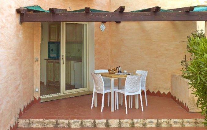 Terras van een studio van Residence Hotel Lu Nibareddu op Sardinie