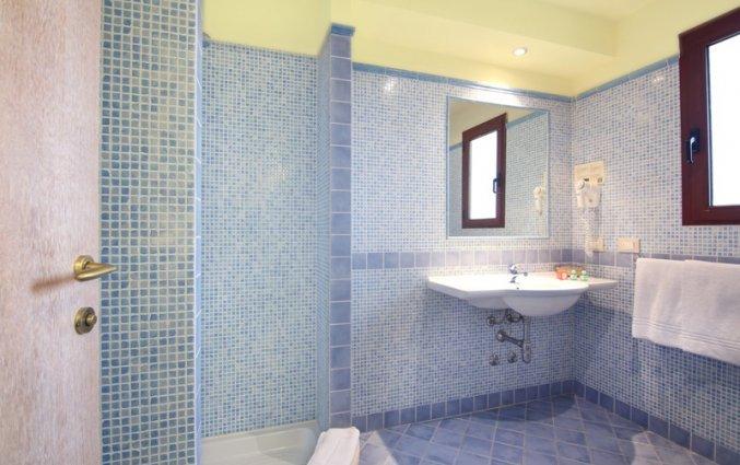 Badkamer van standaard kamer van hotel Speraesole fly & drive Sardinië