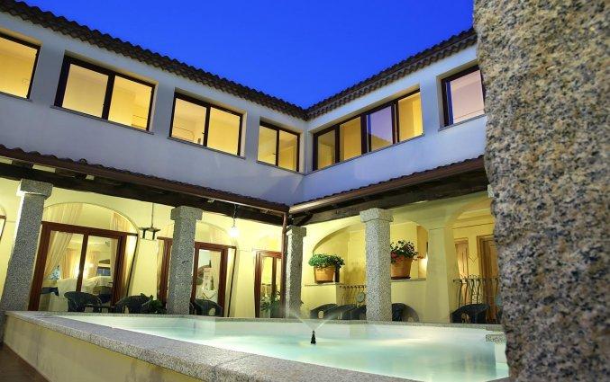 Binnenhofje met fontein van hotel Speraesole fly & drive Sardinië