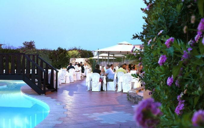 Buiten zitplekken van het restaurant van hotel Speraesole fly & drive Sardinië