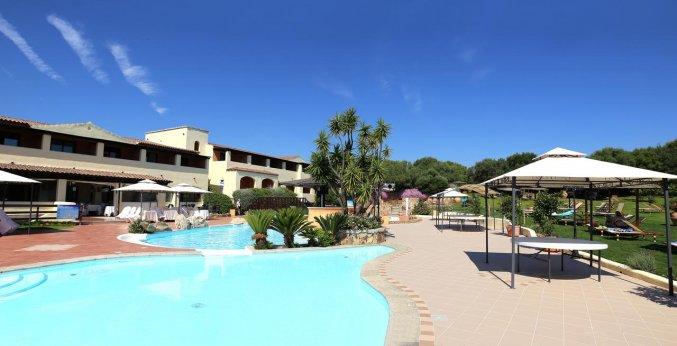 Buitenzwembad van hotel Speraesole fly & drive Sardinië