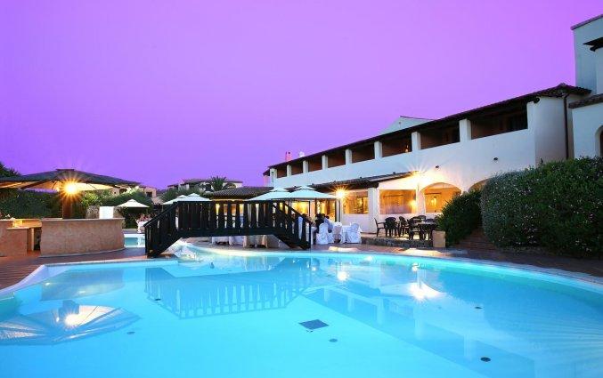 Het zwembad in de avond hotel Speraesole fly & drive Sardinië