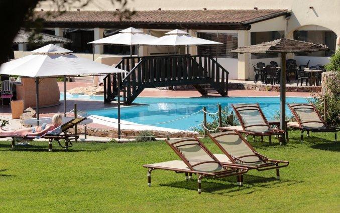 Zwembad met tuin en zonneterras van hotel Speraesole fly & drive Sardinië