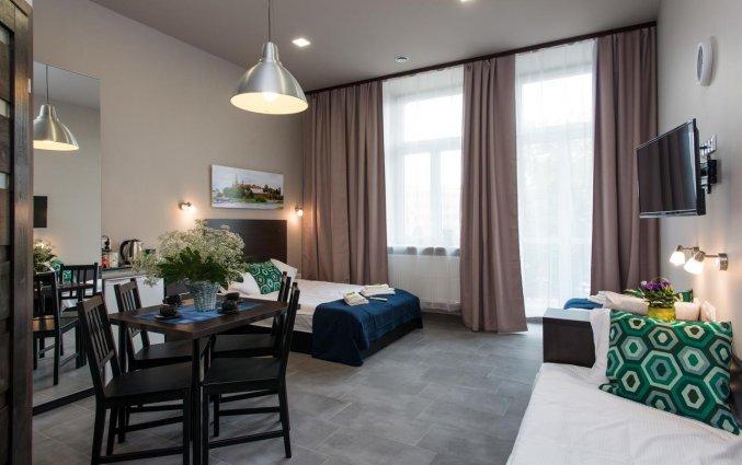 Woonkamer met bed van een appartement van appartementen Happy Tower Krakow in Krakau