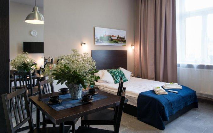 Bed en eethoek van een appartement van appartementen Happy Tower Krakow in Krakau