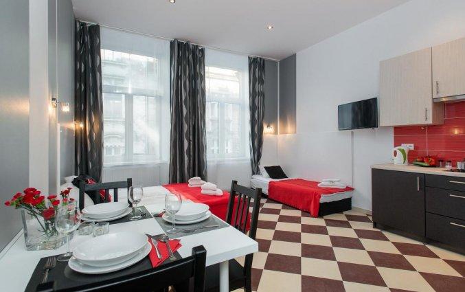 Keuken en eettafel van een appartement van appartementen Happy Tower Krakow in Krakau
