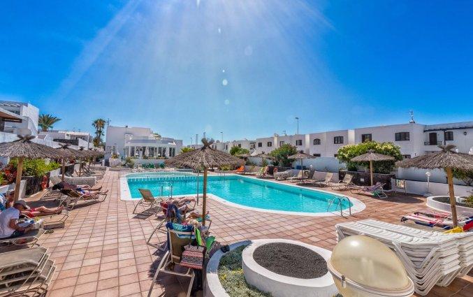 Tuin met buitenzwembad van Apartamentos Oasis THe Home Collection op Lanzarote