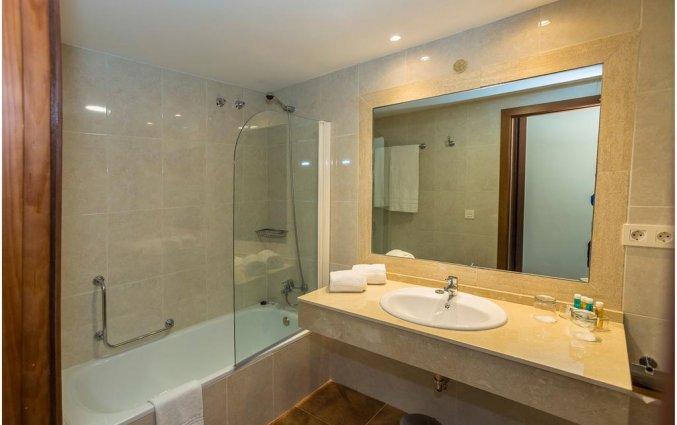 Buitenzwembad van een tweepersoonskamer van Hotel Abetos del Maestre Escuela in Andalusie
