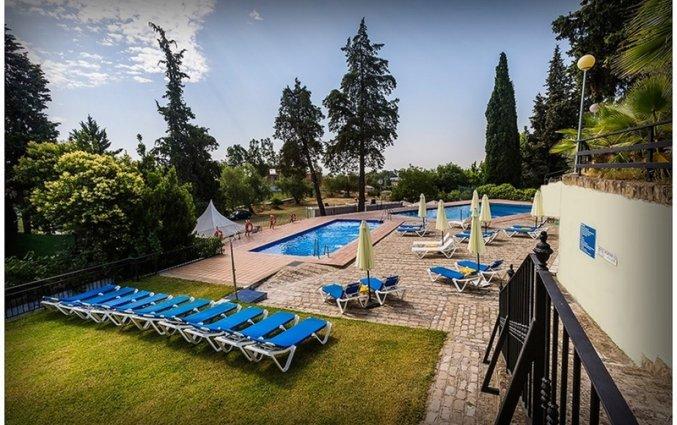 Buitenzwembad van Hotel Abetos del Maestre Escuela in Andalusie