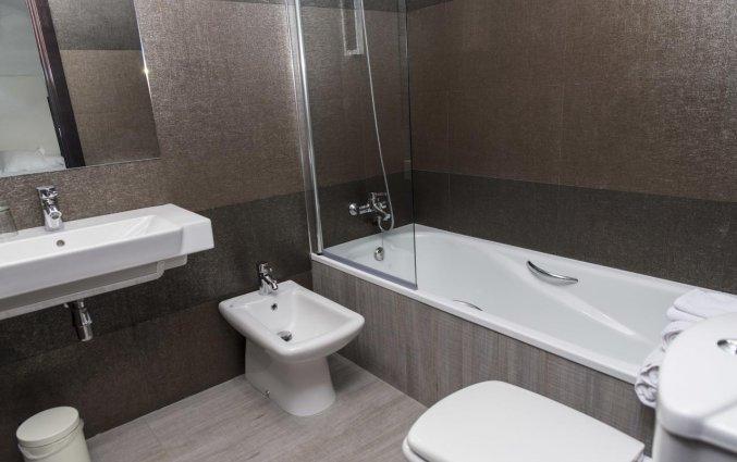 Badkamer met bad van een tweepersoonskamer van Hotel Rural Las Monteras Andalusië