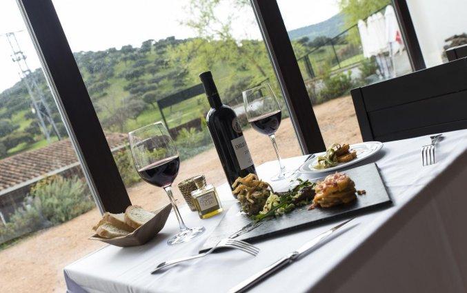 Wijn drinken met uitzicht bij Hotel Rural Las Monteras Andalusië