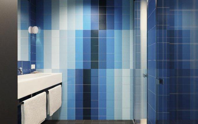 Badkamer van een tweepersoonskamer van Hotel Room Mate Bruno Rotterdam