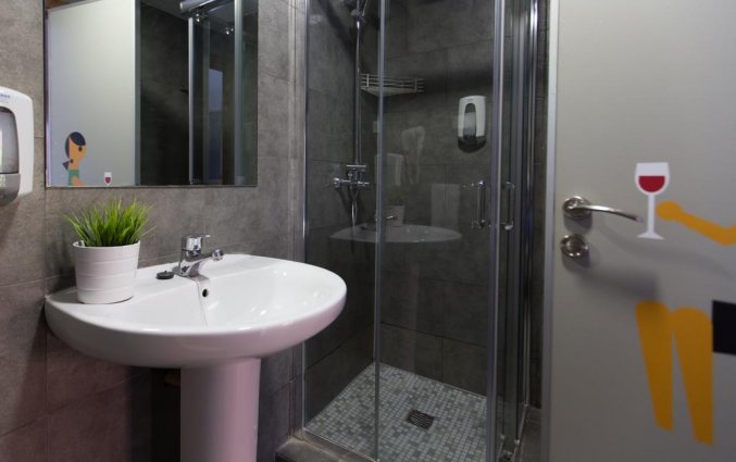 Badkamer van een tweepersoonskamer van Hotel Rooms Ciencias in Valencia